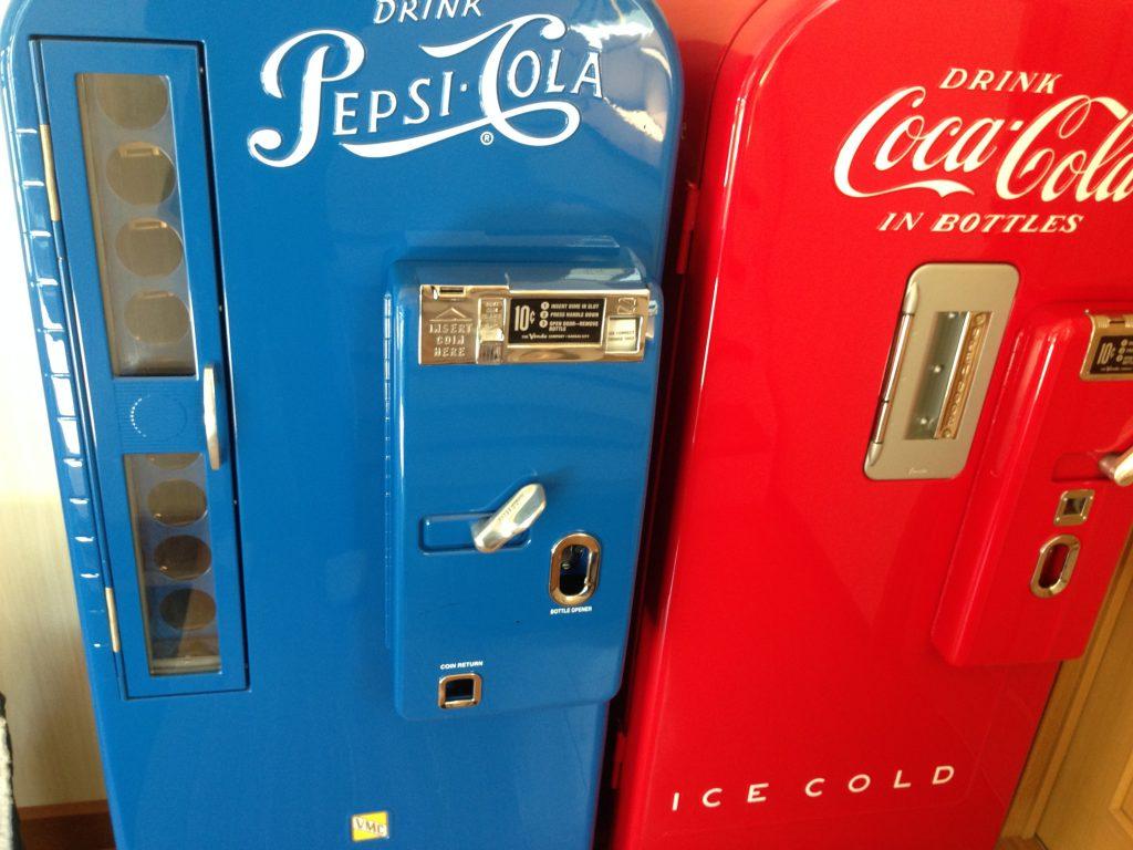 ペプシコーラ、コカコーラのビンテージ自販機写真